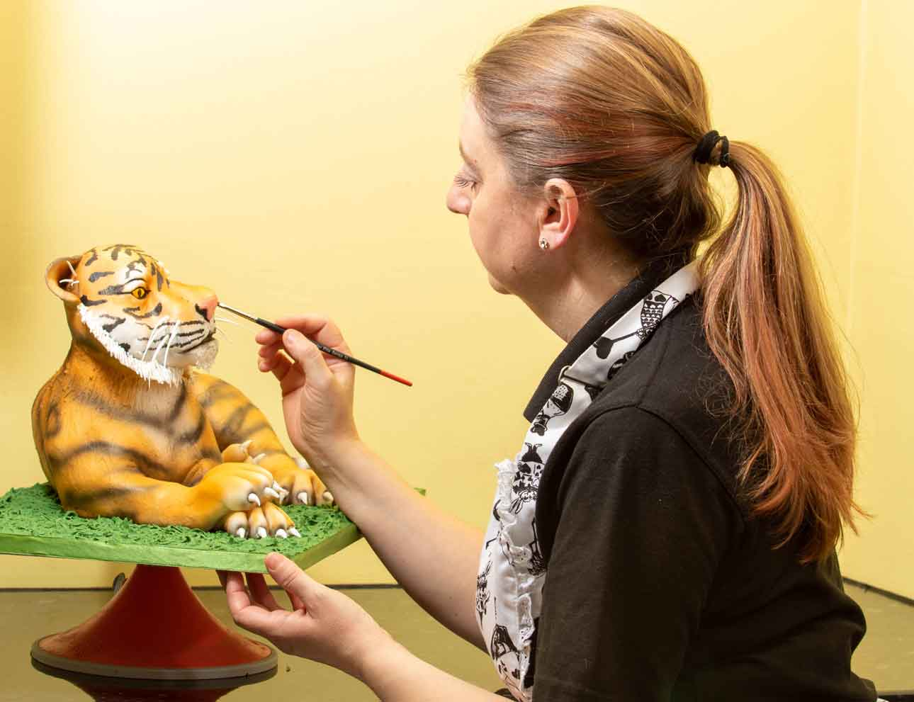Finishing-touches-to-the-tiger-cake1
